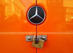 Las cerraduras de origen de las furgonetas son tan poco seguras que muchos conductores se fabrican de modo artesanal otros sistemas más seguros.