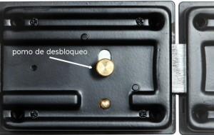El pomo interior también puede ser enganchado desde el exterior, taladrando un pequeño orificio en la puerta.