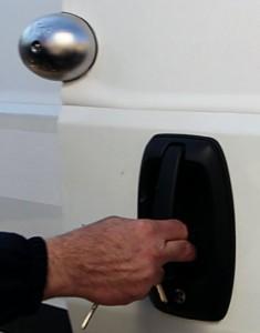 """La comodidad de """"Viro Van Lock"""" es que permanece enganchado a la puerta incluso cuando ésta se abre, por lo que no hay que quitarlo y volverlo a poner cada vez."""