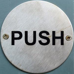 Por lo que respecta al mecanismo de apertura también existen 2 tipos de cerraderos eléctricos: uno se abre simplemente presionando el pulsador, el otro se abre si alguien empuja la puerta mientras el pulsador está presionado (Fotografía de Flickr/chrisinplymouth)