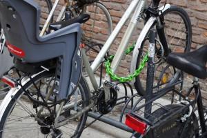 Una cadena con candado permite atar entre sí las diferentes partes de una bicicleta, como la rueda y el bastidor, pero también fijar a la moto accesorios como cascos y bolsas.