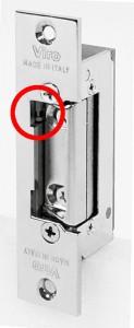 En el círculo rojo puede verse la palanca que se ha de mover para activar y desactivar la función cerradura siempre abierta en los cerraderos eléctricos Viro.