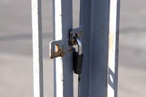 A menudo las cancelas correderas están cerradas por un candado, pero así se pierde la comodidad de la apertura/cierre automático (fotografía de tOrange.biz ).