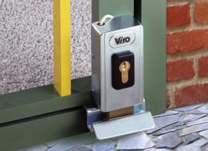 Una cerradura eléctrica con cerrojo rotatorio Viro V06 montada en posición vertical, obsérvese cómo se adapta a las pequeñas dimensiones del perfil.