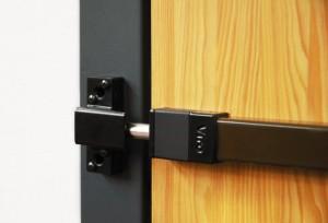"""Ejemplo de sistema de protección mecánico """"Tranca Universal"""" aplicado en una puerta de madera."""