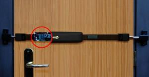 Tranca Viro electrónica aplicada en una puerta de madera.