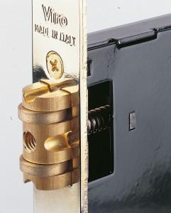 Detalle del rodillo de la cerradura de embutir Viro.