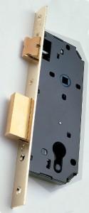 Ejemplo de cerradura apta para un cilindro de perfil europeo.